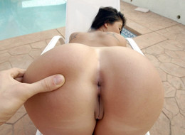 Curvy pornstar London Keyes exposer..